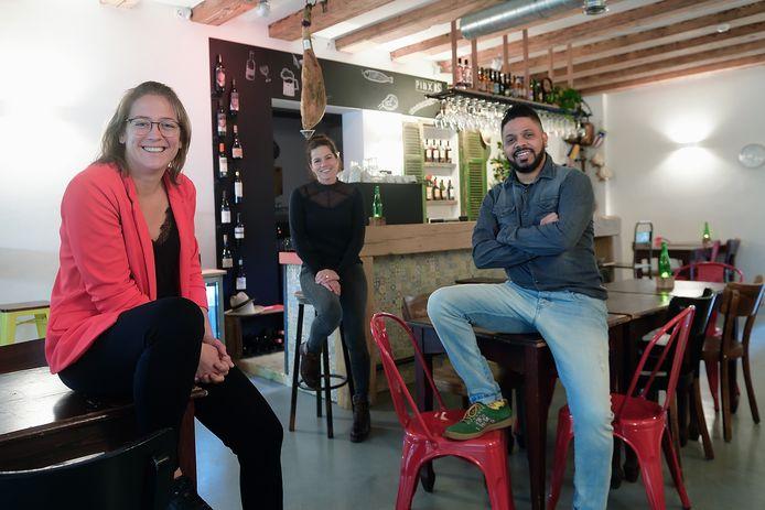 vlnr: Laura Nijpjes, Willemijn Casas en Carlos Casas in hun restaurant Pintxos, dat zaterdag de deuren zou openen in Roosendaal.
