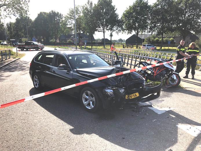 De auto en de motor botsten op elkaar.