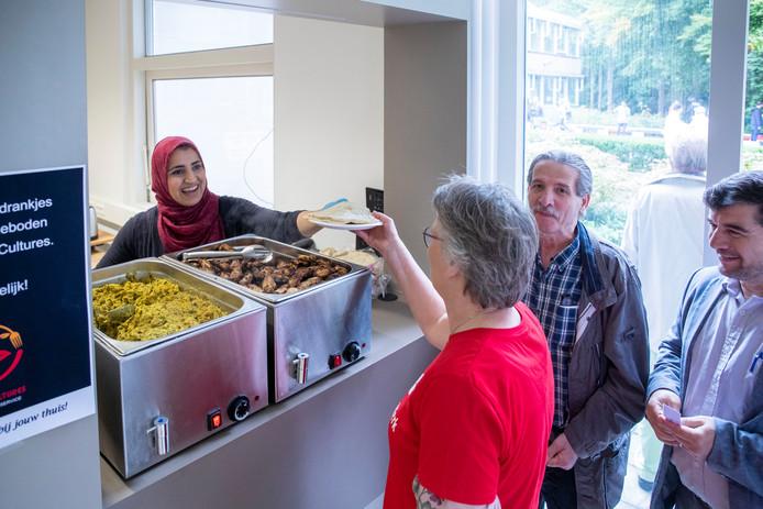 Ook de Wageningse onderneming Food of Cultures, waarvan de eigenaar ooit zelf in het asielzoekerscentrum woonde,  zorgde voor hapjes en drankjes.