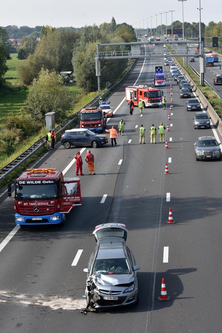 Twee rijstroken zijn versperd door het ongeval op de E40 in Wetteren.