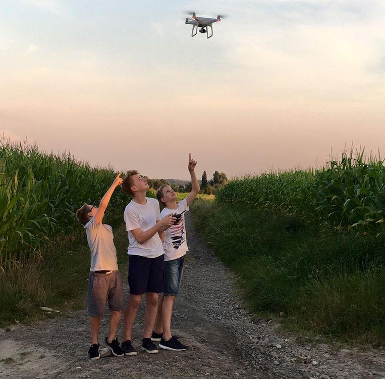 Jolan, Robbe en Kobe leren met drones vliegen.