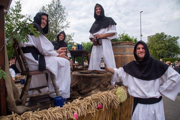 De paters brouwen Linde bier naar aanleiding van 1000 jaar Massemen.