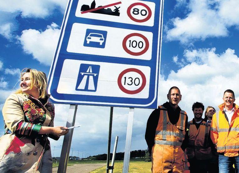 Minister Schultz van verkeer onthult een snelheidsbord. Beeld anp