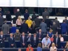 """Des députés du """"Brexit Party"""" tournent le dos à l'hymne européen, des milliers de Catalans devant le Parlement"""