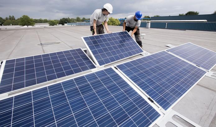 De eerste zonnepanelen die twee jaar geleden werden geplaatst op het dak van Allround op Bedrijvenpark Twente.
