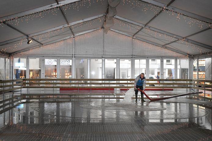 IJsmeester Eric Jeckman laat 31.000 liter water op de baan lopen, zodat er een ijsvloer van 7 centimeter dik ontstaat. foto: Ed van Alem
