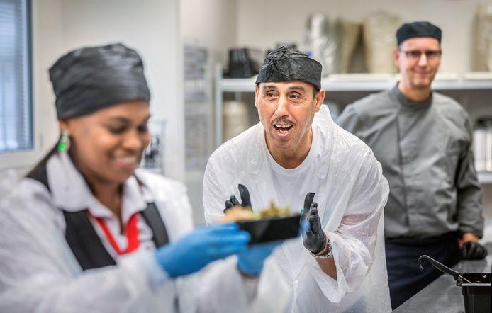 100.000ste maaltijd wordt bereid in de participatiekeuken door (midden) initiatiefnemer Ben Lachab.