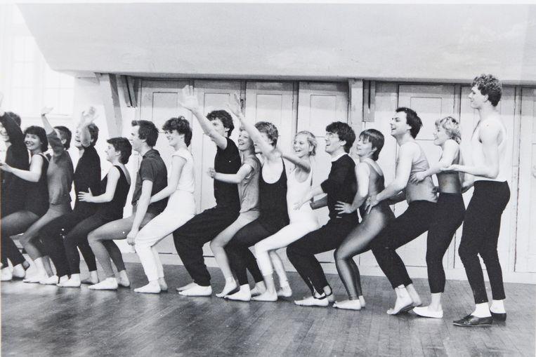 Acrobatiekles (1980) met eerste- en tweedejaarsstudenten van de Christelijke Academie voor Woord en Gebaar in Kampen. Beeld Fotoalbum Berry van Galen