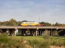 Een Dakota over de snelweg van Moerdijk naar Madurodam