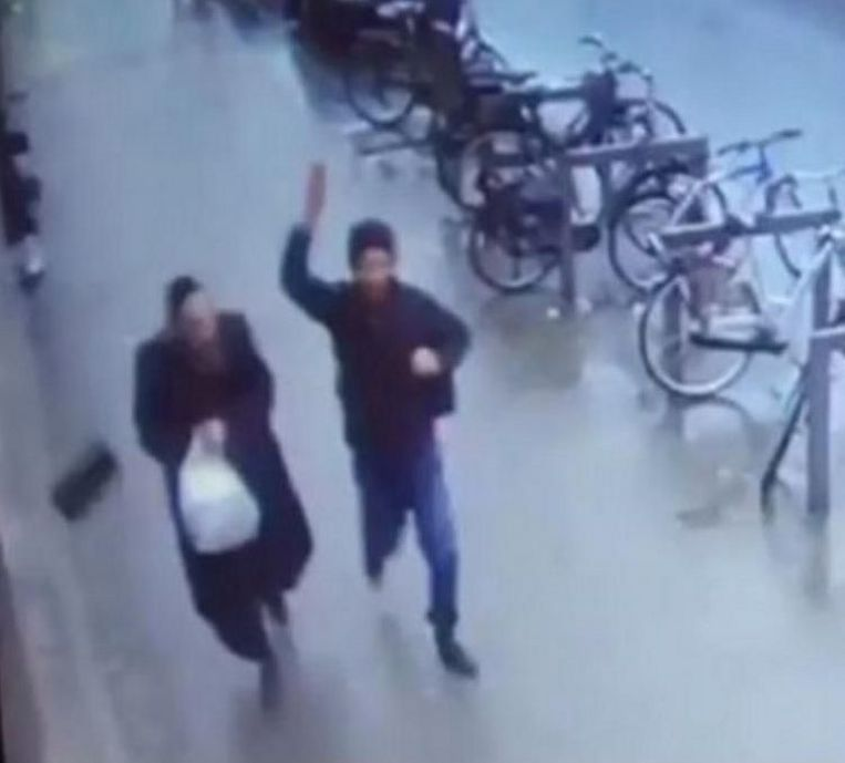 Op camerabeelden was te zien hoe de vluchteling het hoofddeksel van een Joodse man aftrekt.