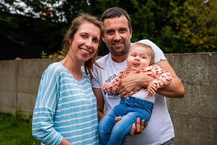 Baby Pia met haar ouders Ellen en Tim.