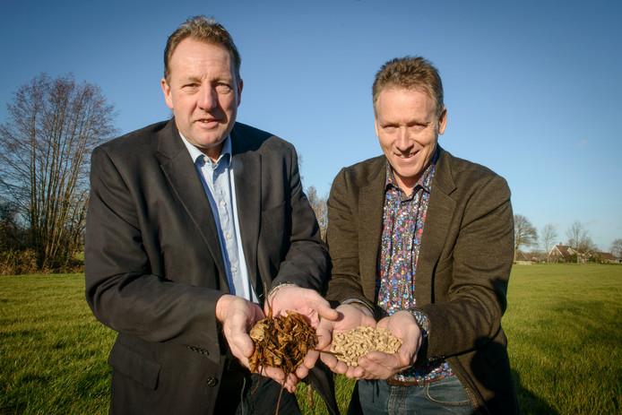 Jan Demmer (rechts) met in zijn hand de pellets, zoals die straks in Almelo worden gemaakt. Links Louis Welhuis, een van de leveranciers van het snoeiafval waarvan de brandstof wordt gemaakt.
