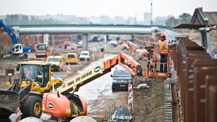 Het werk aan de A4 tussen Delft en Schiedam vordert gestaag.
