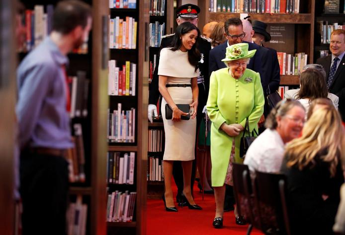 Queen Elizabeth II en Meghan bij de opening van StoryHouse.