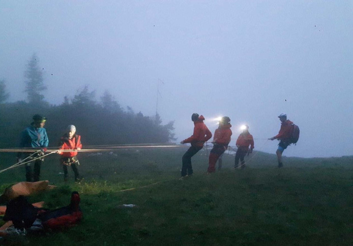 Reddingswerkers brengen de man in veiligheid.