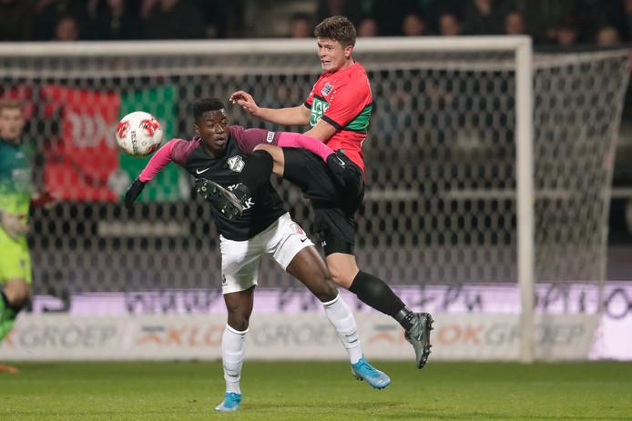 Eros Maddy van Jong FC Utrecht in duel met Bas Kuipers (rechts).