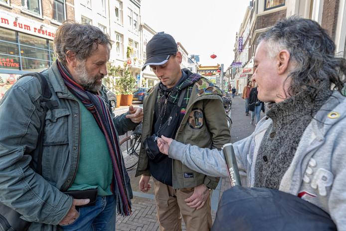 Klaas Koffeman (l) en Edgar (r) in gesprek in de Wagenstraat.