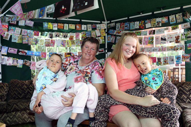 Kjenta (m.) met haar mama Annick Nagels, Kjenna (14, l.) en Kenzo (11, r.). Kjenta's broer en zus hebben een zware beperking, waardoor ze in een rolstoel zitten.