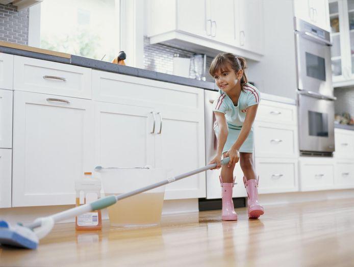 Lagere schoolkinderen geef je best dagelijkse taakjes, zo leren ze het makkelijkst een gewoonte aan.