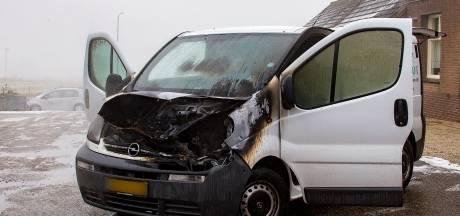 Bestelbus vat vlam terwijl bestuurder motor start in Lith