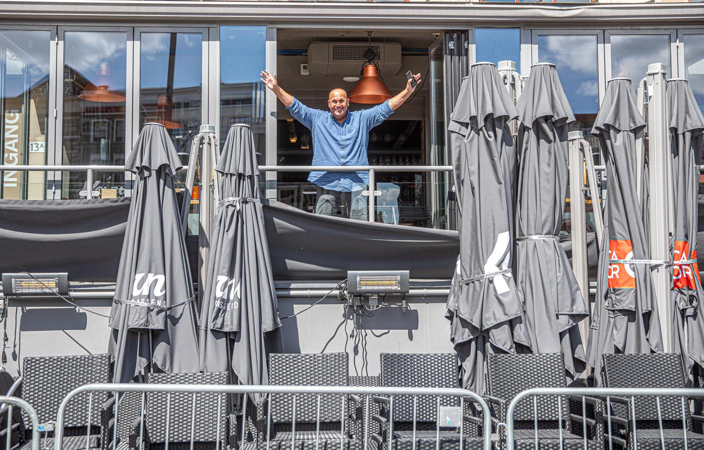 Mark Corporaal van Stadscafé Blij in Zwolle is er klaar voor:  maandag gaat hij weer open maar wel volgens de coronaregels.