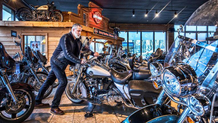 Ron de Graaf in zijn winkel in Nieuwerkerk aan de IJssel. Beeld Raymond Rutting / de Volkskrant