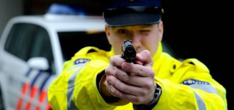 Agent trekt dienstwapen na dreigende sfeer bij coronafeest in Uddel: 2 mensen aangehouden