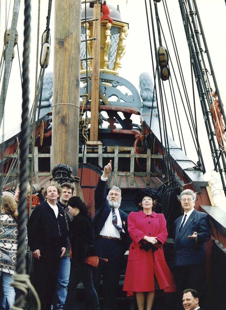 De doop van de Batavia door Beatrix in 1995, ook dit keer staat Vos naast de koningin. Beeld anp