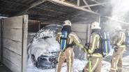 Auto brandt uit in carport in Brakel