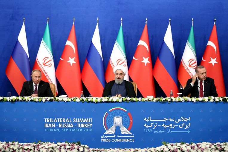 De Russische president Vladimir Poetin (L), de Iraanse president Hassan Rouhani (M) en de Turkse president Recep Tayyip Erdogan (R).