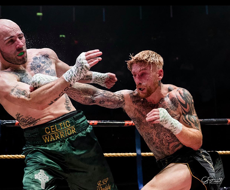 Tony 'The Tiger' Lafferty (links) krijgt de blote vuist van Scott McHugh in zijn gezicht.