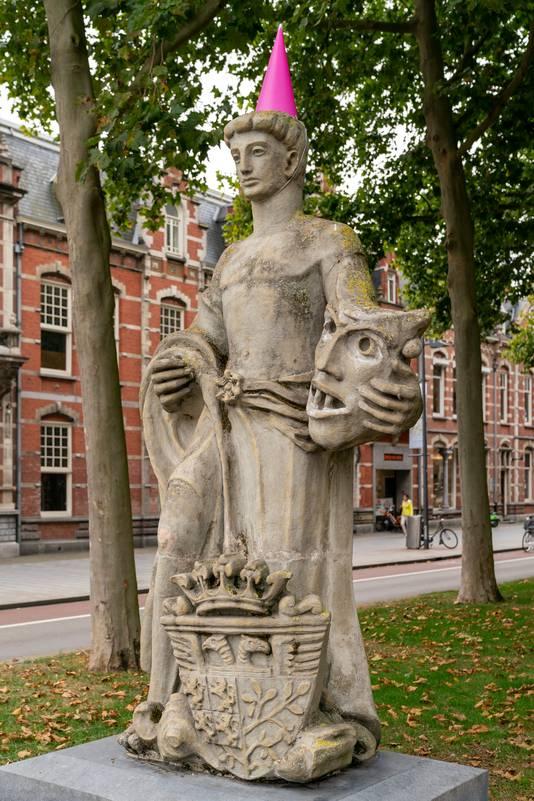 En een hoedje voor het standbeeld aan de Stationsweg