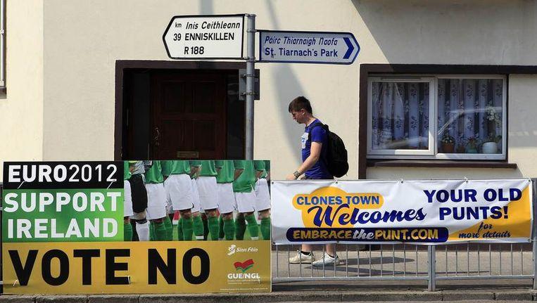 Campagneposters roepen kiezers op 'nee' te stemmen bij het referendum. Beeld reuters