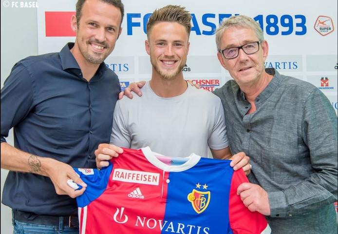 Ricky van Wolfswinkel met het shirt van FC Basel. Links op de foto Marco Streller, technisch directeur van de Zwitserse topclub.