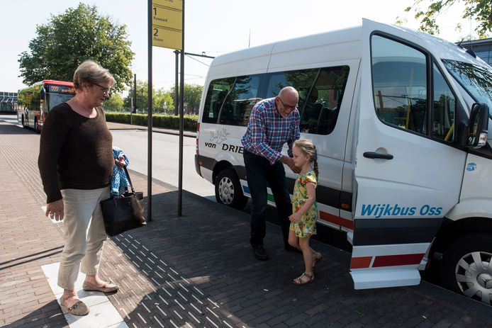 Ed van Gessel richtte zelf de Osse wijkbus mee op. foto Thomas Segers IPTCBron  Thomas Segers www.thomassegers.nl  Oss;NEDERLAND;Chauffeur Ed van Gessel voor de wijkbus bij het Centraal station Oss.