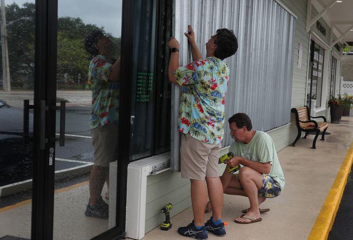 Ondernemers in Stuart, Florida, plaatsen beschermingspanelen voor de ramen als bescherming tegen de orkaan Isaias.