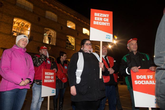 Medewerkers van de sociale werkvoorziening protesteren voor aanvang van de raadsvergadering in de DRU in Ulft.