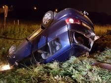 Auto belandt op de kop in berm op de A1