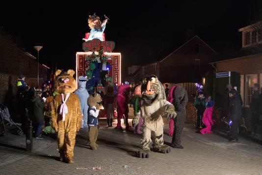 De Muppets van de Oisterwijkse Vrijwillige Brandweer gaven alle aanwezige jeugdige toeschouwers een handje.