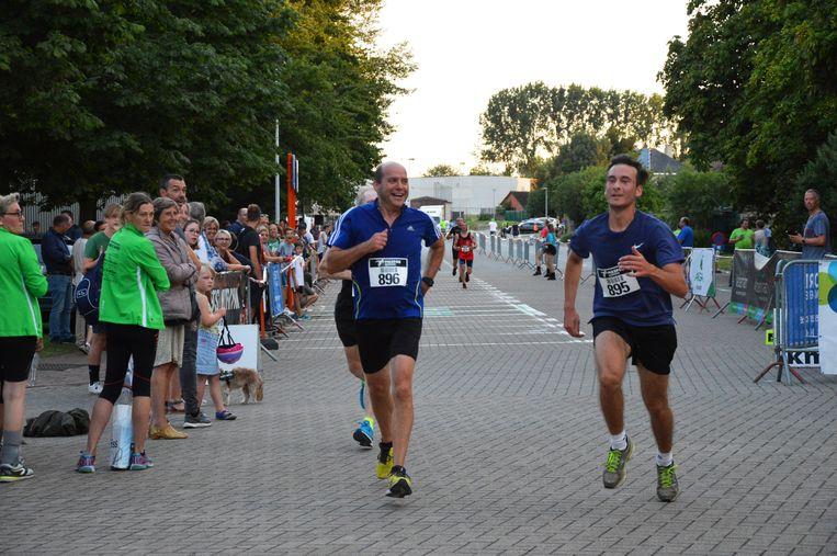 De stratenloop met start en finish in het sportpark aan het Walleken in Denderleeuw.