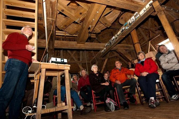 Aandachtig wordt er geluisterd naar molenbouwer Jos Greverink, die een lezing geeft over de restauratie van molen De Hoop. foto Ronald Hissink