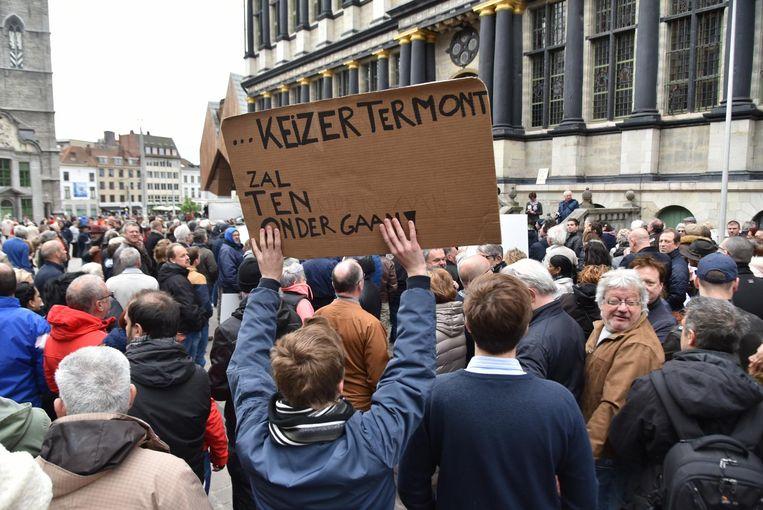 Met pamfletten gericht aan burgemeester Termont uitten de betogers hun ongenoegen.