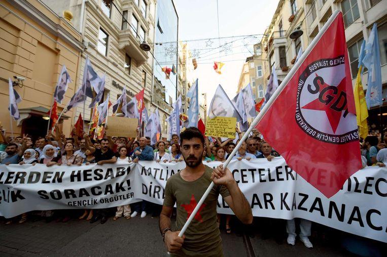 Een demonstrant met een SGDP-vlag tijdens een anti-IS demonstratie in Istanbul. Beeld AFP
