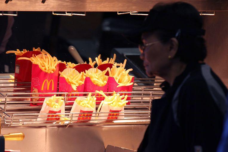 Een oudere werkneemster van een McDonald's-filiaal in San Francisco (Californië).
