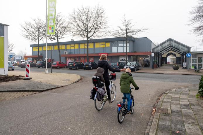 Eén van de heikele punten voor de plannen voor het Meidoornplein: de gevel links gaat volgens het plan zes meter naar voren, waardoor de Clematisstraat nog smaller word.