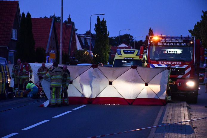 De brandweer plaatst schermen bij het ernstige ongeluk in Kloosterhaar.