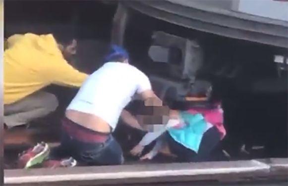 Jairo Torres helpt het meisje vanonder de metrotrein uitkruipen.