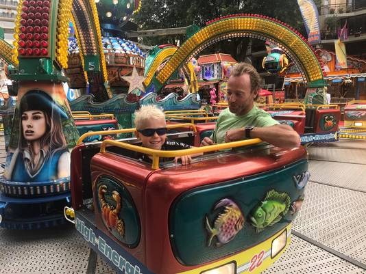 De 6-jarige Owen en vader Robert Tasch zijn de eerste bezoekers van de Polyp. Ze zijn speciaal uit Bergschenkhoek naar Tilburg gekomen.