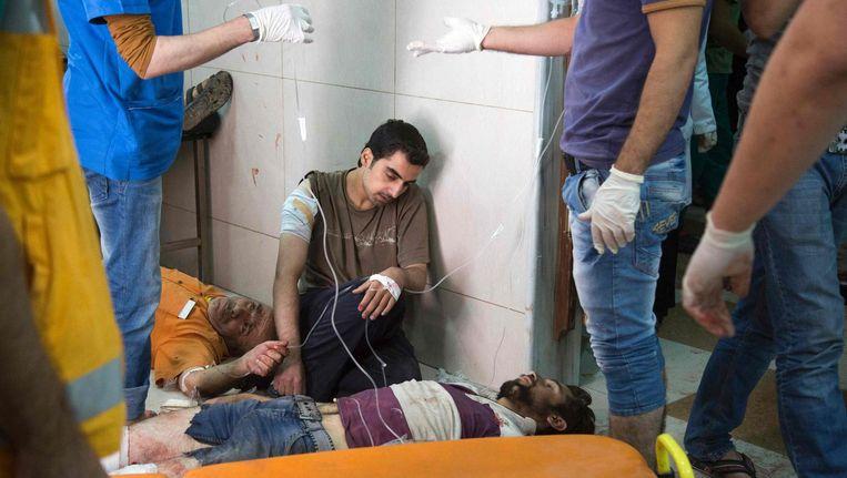 Syriërs wachten op behandeling in een ziekenhuis in Aleppo. Beeld afp
