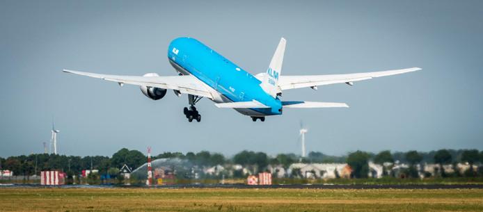 Een vliegtuig van KLM stijgt op van luchthaven Schiphol.